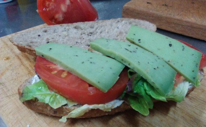 Bocata vegetal con queso al pesto