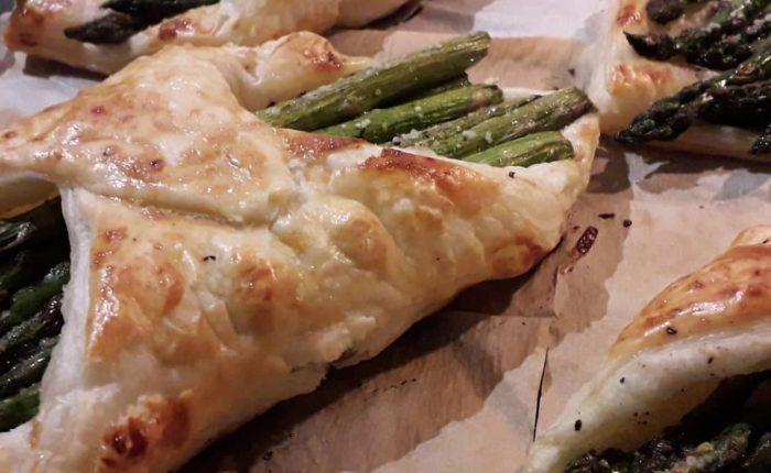 Hojaldre con esparragos verdes y queso Brie